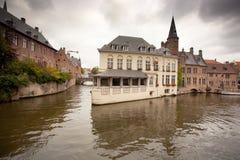 Gebouwen op kanaal in Brugge, België Stock Afbeeldingen