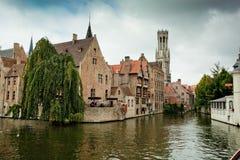 Gebouwen op kanaal in Brugge, België Stock Fotografie
