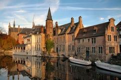Gebouwen op Kanaal in Brugges, België Stock Foto's