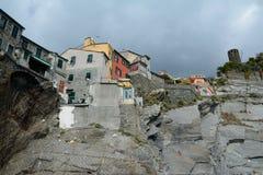 Gebouwen op rots in Vernazza-stad Stock Foto