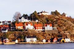 Gebouwen op rotsachtig eiland, Noorwegen Stock Afbeeldingen