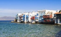 Gebouwen over het overzees van Weinig Venetië op Mykonos Royalty-vrije Stock Foto's