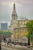 Gebouwen tegengesteld aan het Kremlin moskou Rusland stock afbeelding