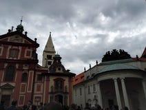 Gebouwen van de St George Basiliek en de Maria Theresia Pia Felix Augusta-Kerk in Praag royalty-vrije stock afbeeldingen
