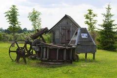 Gebouwen van het achtergrondlandschaps de oude houten houten landbouwbedrijf in het park van het museum van oude ambachten Dudutk stock afbeelding