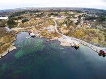 Gebouwen voor toeristen, Vegetatie op de kust van Noorwegen stock afbeelding