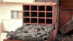 Gebouwenmuur met een baksteen stock videobeelden