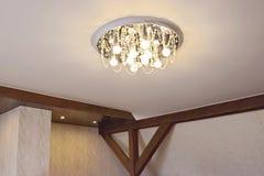 Gebouwfragment met een ondoorzichtig rekplafond en houten stralen stock fotografie