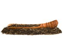 Gebräu des grünen Tees mit der Bambuswurzelschaufel lokalisiert auf Weiß stockfotos