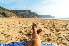 Gebräunte Beine der Frau auf Strand lizenzfreies stockfoto