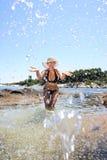 Gebräunte blonde Frau im Bikini im Meer Lizenzfreies Stockfoto