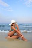 Gebräunte blonde Frau im Bikini im Meer Stockfotos