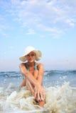 Gebräunte blonde Frau im Bikini im Meer Stockfoto