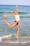 Gebräunte blonde Frau im Bikini im Meer Lizenzfreie Stockbilder