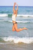 Gebräunte blonde Frau im Bikini im Meer Lizenzfreie Stockfotografie