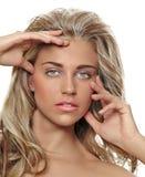 Gebräunte blonde Frau mit dem langen Haar Lizenzfreie Stockbilder