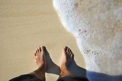Gebräunte Fahrwerkbeine auf Sandstrand Lizenzfreie Stockfotografie