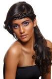 Gebräunte Frau mit dem lockigen Haar Stockfotos
