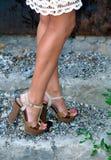 Gebräunte weibliche Beine in den Fersen Lizenzfreies Stockfoto