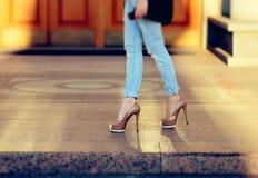 Gebräunte weibliche Beine in den Fersen Lizenzfreie Stockbilder