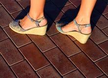 Gebräunte weibliche Beine in den Fersen Lizenzfreie Stockfotos