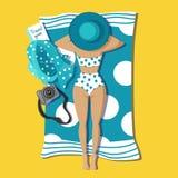 Gebräuntes hübsches junges Mädchen, das auf Strand liegt stock abbildung