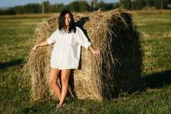 Gebräuntes Mädchen im weißen Hemd lizenzfreies stockfoto