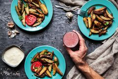 Gebraden aardappels in beryuzovyhplaten Saus, drank, handdoek stock afbeelding
