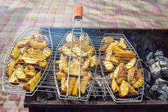 Gebraden aardappels bij de grill In openlucht barbecueweekend royalty-vrije stock foto