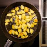 Gebraden aardappels in een gietijzerpan Royalty-vrije Stock Afbeeldingen