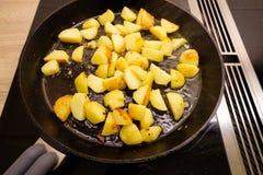 Gebraden aardappels in een pan op een fornuis Royalty-vrije Stock Afbeeldingen