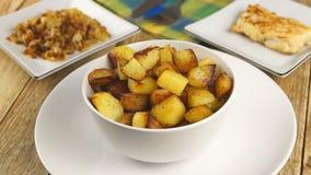 Gebraden aardappels in een witte plaat