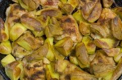 Gebraden aardappels met kippendijen als achtergrond stock afbeeldingen