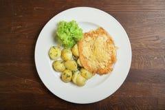 Gebraden aardappels met meat&cheese op witte plaat Stock Afbeeldingen