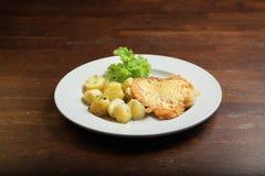 Gebraden aardappels met meat&cheese op witte plaat Royalty-vrije Stock Foto