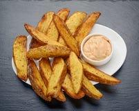 Gebraden aardappels met Mexicaanse saus Royalty-vrije Stock Foto