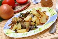 Gebraden aardappels met paddestoelen Stock Afbeeldingen