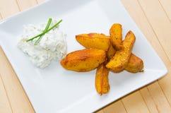 Gebraden aardappels met romige onderdompeling Stock Fotografie