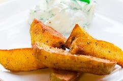 Gebraden aardappels met romige onderdompeling Royalty-vrije Stock Afbeeldingen
