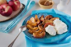 Gebraden appelen met kaas en suikerpoeder Stock Afbeeldingen