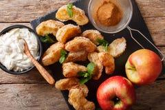 Gebraden appelen met kaneel en suikerclose-up en kaasroom Stock Foto's