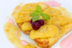 Gebraden bananen met brood, yoghurt, karamelsaus en Amerikaanse veenbes Stock Foto's