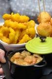 Gebraden calamari van pijlinktvisringen, kabeljauwballen en garnalen met room Stock Foto