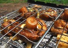 Gebraden champignons op een grill Stock Afbeelding