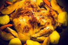 Gebraden chiken met groenten op een pan op een zwarte houten lijst T Royalty-vrije Stock Foto's