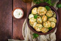 Gebraden courgette met saus, dille en knoflook Stock Foto's