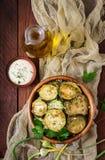 Gebraden courgette met saus, dille en knoflook Royalty-vrije Stock Afbeeldingen