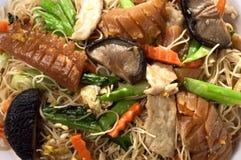 Gebraden de noedel mengde Aziatisch voedsel stock foto's