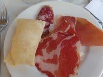 Gebraden die brood met een selectie van koude vleesbesnoeiingen wordt gediend stock foto's