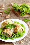 Gebraden die courgette met kaas, okkernoten en kruiden wordt gevuld Eigengemaakt die courgettevoorgerecht op sla en een plaat wor Stock Foto's